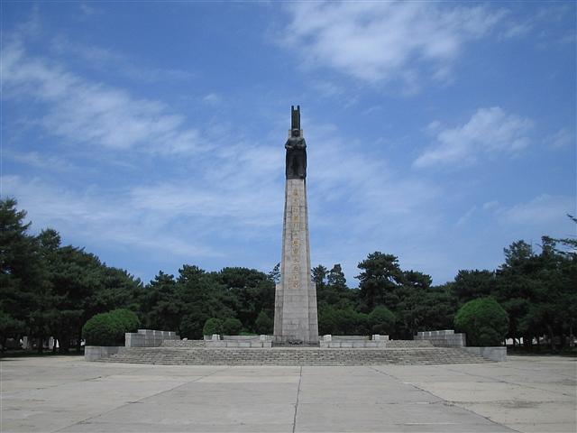 (烈士陵园纪念塔) 抗美援朝战争一共打了四年,美国将陆军的...